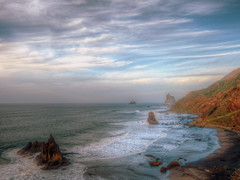 Roques y playa (etoma/emiliogmiguez) Tags: tenerife islascanarias anaga roquesdebenijos playa almáciga atlántico océano oleaje nubes
