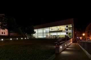 Audimax der Uni Halle bei Nacht