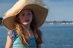 Le chapeau (Tormod Dalen) Tags: océan mer seaside sea penvins france fille girl hat chapeau sunset beach plage adaptall 105mm tamron ct105 tamronadaptall10525 bretagne portrait morbhian