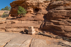 Cairns mark locations on the Mesa Arch Trail, Canyonlands National Park (Andrea Meyers) Tags: 2018 utah canyonlandsnationalpark mesaarch june18 islandinthesky