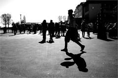000588 (la_imagen) Tags: sw bw blackandwhite siyahbeyaz monochrome street streetandsituation sokak streetlife streetphotography strasenfotografieistkeinverbrechen menschen people insan light shadow licht schatten gölge ışık silhouette silhuette siluet lindau lindauimbodensee bodensee laimagen lakeconstanze lagodiconstanza lagodeconstanza waiter beer freshbeer