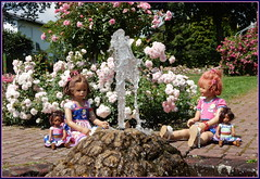Milina Sanrike ... Quellfrische Sommertagsgrüße ... (Kindergartenkinder 2018) Tags: rosengarten seppenrade rosen kindergartenkinder sanrike milina leleti gras kind