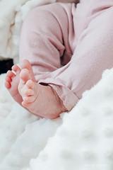 Piececitos (Haydé Negro) Tags: sb haydé niña peque pequeña bebé baby pies piececitos rosa suave delicado little gilr pink soft haydénegro haydenegrocom haydenegro sony fotografía retrato detalle detail pie piernas legs leg