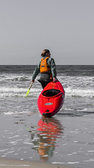 (looking for) the perfect wave (freundsport) Tags: flickr new free familie family girl women sun sunny strand meer sea beach street outside outdoor kanu sony7m3 sony7iii sony love photography color zeiss germany langenoog nordsee boot boat water wasser sommer sport
