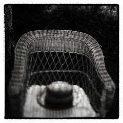 le chapeau oublié (Des.Nam) Tags: nb noiretblanc nordpasdecalais nikon nord noirblanc noir flou minimaliste minimal chapeau fauteuil nikond800 24mmpcef35 desnam monochrome mono bw blackwhite
