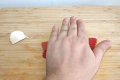 17 - Knoblauch schälen / Peel garlic (JaBB) Tags: beef roastbeef mongolianbeef mongolischesrindfleisch möhren carrots soysauce sojasauce srirachasauce reis rice basmati maisstärke cornstarch ingwer ginger knoblauch garlic braunerzucker brownsugar food lunch dinner essen nahrung nahrungsmittel mittagessen abendessen kochen cooking slowcooker crockpot curry receipt recipe cache kitchen kochexperiment kochexperimente