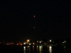 Über der Weser (Blutmond-Flugzeug-Mars) (BrigitteE1) Tags: bremen weser blutmond mars flugzeug fluss river moon aeroplane reflection germany deutschland