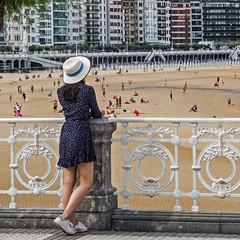... (Lanpernas .) Tags: bakkushan mujer playa laconcha turista robado beach woman postal verano 2018 gente donostia sanseabastián alday diseño barandilla modernismo