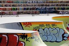 Boucles skate (ZUHMHA) Tags: marseille france urban urbain line lignes courbes curve summer été sun soleil lumière light shadow ombre ombreetlumière skatepark skateparc bowl sport fun skate people gens humain human personnes sportif jeunesse sportextrême sportdeglisse glisse graf tag scènedevie