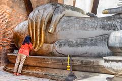 Wat Si Chum..Sukhothaï Thaïlande. (geolis06) Tags: geolis06 asia asie thaïlande olympus sukhothaï watsichum bouddhisme bouddha buddhism religion pilgrim pélerin prière prayer statue main patrimoinemondial unesco unescoworldheritage unescosite olympuspenf olympusm918mmf4056