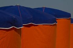 IMG_2166 (leroux.maximilien62) Tags: houlgate plage beach strand playa calvados normandie normandy france frankreich parasol sunshade umbrella orange bleu blau blue sonnenschirm manche channel ärmelkanal