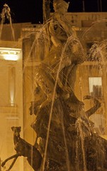 Fontaine de la Piazza Archimede à Syracuse, Italie (voyagesphotos) Tags: europe europa island italy italie italia île isola sicily sicilia sicile syracuse siracusa ville town architecture city cité città piazza archimede fontaine fountain fontana