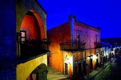 Querétaro (Comefilm) Tags: queretaro querétaro santiagodequerétaro casadonbartolo centros downtowns calles streets arquitecturacolonial colonialarchitecture