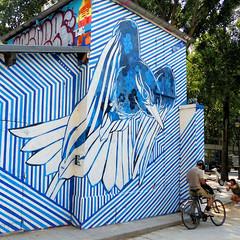 L'oiseau et sa proie ? (Raymonde Contensous) Tags: streetart paris humour insolite tag
