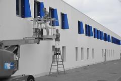 Remise en bleu (JDAMI) Tags: bleu volets blanc mur escabeau peintres élévateur désaturation nikon d600 tamron 2470 anglet 64 paysbasque pyrénéesatlantiques aquitaine bicolore patinoire