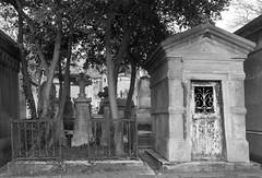 Cimetière du Père Lachaise (=Mirjam=) Tags: sonyrx100iii paris graves france fence bw citytrip citywalk graveyard maart 2018