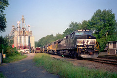 NS C44-9W 8476 south bound in Narrows Burg NY, stopped on siding Sept 9, 2000 (swissuki) Tags: narrowsburg ns ny c449w southerntier gulfsummit delaware railroads up us
