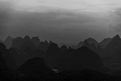 Fading (GLVF) Tags: formationskarstiques painsdesucre vusdepuislacollinedelalune yangshuo guangxi chinekarstichills sugarloaves seenfrommoonhill china lune hill moon colline noirblanc noiretblanc chine blackandwhite bw black white landscape guilin sky 广西壮族自治区 桂