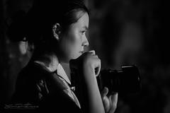 Flagrant délit de photographie (JP Defay) Tags: noiretblanc noir blackandwhite blackwhitephotos black people portrait portraiture rittratto femme girl beauty beauté