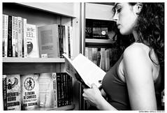 .. (Matías Brëa) Tags: mujer woman modelo model retrato portrait blancoynegro blackandwhite byn bw bnw leer leyendo read reading