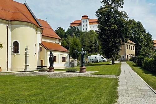 Szent Katalin plébániatemplom a háttérben pedig a vár látható
