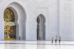 Le coup de balai - The clean sweep (Docaron) Tags: emirats emirates abudhabi aboudabi aboudhabi aboûdabî أبوظبي mosquée mosque architecture islam sheikhzayed cour courtyard marbre marble blanc white dominiquecaron uae szgm