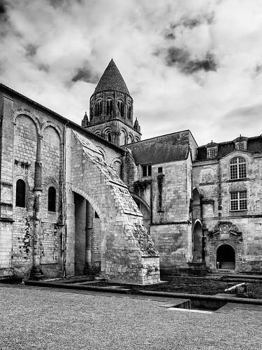 Vue latérale de l'église abbatiale