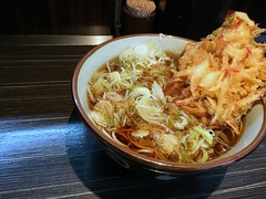Soba topped with a mixed vegetable tempura from Monju @ Asakusa (Fuyuhiko) Tags: soba topped with mixed vegetable tempura from monju asakusa 浅草 文殊 そば 蕎麦 ソバ 天婦羅 天ぷら かき揚げ 掻揚 toukyou tokyo 東京