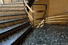 Es ist nicht alles Gold was glänzt.... (Sockenhummel) Tags: staircase stairwell escaliers architektur architecture stairs stufen steps geländer railing handrail treppengeländer haus gebäude steinboden treppe treppenhaus fuji xt10