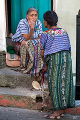 Fashion discussion ! (poupette1957) Tags: art atmosphère canon city curious colors costumes color couleur detail deco fashion guatemala humanisme imagesingulières life lady photographie people rue street town travel urban ville voyage