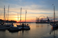 Sonnenaufgang (mono:chrom) Tags: sonnenaufgang sunrise deutschland germany rostock hansesail 2018 balticsail ostsee balticsea stadthafen harbour canon segelschiff segelboot riesenrad