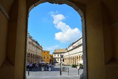 DSC_7172_4679 - Fermo - Piazza del Popolo. (angelo appoloni) Tags: marche fermo piazza del popolo arcodellaportadaccesso palazzi persone nuvole