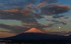 popocatepelt y la luna al amanecer (guilletho) Tags: landscape mexico popocatepelt moon volcano clouds sky paisaje luna nubes volcan nature canon puebla mountain