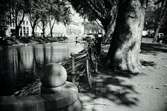 Bokeh@Kö, Düsseldorf 2018 Summer 10 (Amselchen) Tags: bicycle water season summer bokeh blur dof depthoffield bnw blackandwhite mono monochrome city street light shadow sony a7rii sonyilce7rm2 sigma mc11 30mmf14dchsm|art