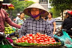 HANOI - Vendedores de fruta (Ulises SC) Tags: seller vendedor street calle vietnam hanoi ciudad city fruta fruit canon 600d