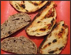 Pan casero de olivas y tomates secos (derecha) y pan de masa madre multigrano (izquierda) (marialuz_fernandez) Tags: bread pan olives aceitunas tomatoes tomates wholewheat trigo integral centeno ryeflour
