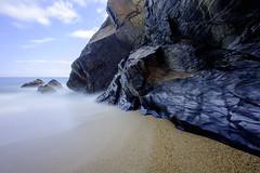 Calma total (MigueR) Tags: asturias playa arnelles coaña mar roca cielo nubes