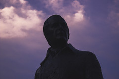 Estatua al anochecer (robertosanchezsantos) Tags: burdeos bordeaux francia france europa europe ciudad city urbano urban clouds nubes viaje travel paisaje colores colors azul edificio silueta noche night luces lights people gente arquitectura architecture cielo reloj estatua statue atardecer sunset anochecer