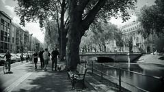 lonely bench@Kö, Düsseldorf (Amselchen) Tags: city citylife cityscope pedestrians bench street streetphotography mono bnw light shadow water bridge sidewalk germany sony a7rii sonyilce7rm2 sigma 30mmf14dchsm|art sigmamc11