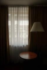 met zicht op de overbuur (roberke) Tags: window raam venster room kamer indoor binnen gordijnen view zicht salontafel staanlamp sfeer hotelroom hotelkamer