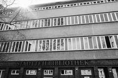 Stadtteilbibliothek (Rene_1985) Tags: leica q typ116 28mm summilux architecture architektur monochrom bw sw schwarzweis fenster glas reflexion urban
