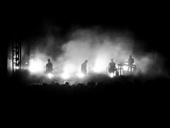 Concert Etienne Daho, Arles (France) (OMM.photographie) Tags: concert etiennedaho extérieur outdoor outside nb bw noirblanc noiretblanc blackwhite blackandwhite monochrome samsung daho people arles théâtreantiquearles