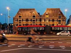 Amsterdamer Stadtansichten (1 von 2) (alterahorn) Tags: hollandrad radfahrer olympus25mm olympusmzuiko25mmf12 dxo mzuiko1225mmpro olympusmzuiko25mm olympusmzuiko olympuspenf olympus olympuspro olympusprime architecture architektur streetphotography nightshot nachtaufnahme prinshendrikkade amsterdam niederlande nederland