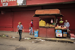 mercado-cebtral-san-josé-18 (glennlbphotography) Tags: caras costarica costaricenses earylmorning faces fruits man men mercado mercadocentral miradas people portrait sanjosé street streetphotography ticos vegetables visages workers working