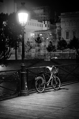 Paris la nuit (pas le matin) Tags: paris nuit night france europe europa travel voyage city ville capital capitale world streetlight lampadaire vélo bike nb bw noiretblanc blackandwhite monochrome canon 350d canon350d canoneos350d eos350d