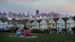 San Francisco Love (Jochen-B) Tags: sanfrancisco usa unitedstates america california sony alpha a7rii 55mm zeiss street streetphotography candid colors alamosquare couple love romantic picnic paintedladies sunset skyline city sky travel life light citycape