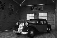 1938 Citroën 15 CV 1/24 diecast made by Burago (rigavimon) Tags: diecast miniaturas 124 1938 citroën burago miniature diorama garage