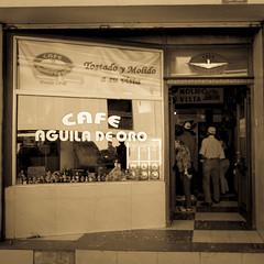 Café Aguila de Oro (Quito), desde 1948 (jokinzuru) Tags: ventana gente rótulo café ecuador quito aguiladeoro 1948 tostado molido asuvista patrimonio