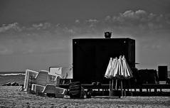El día después. (Aprehendiz-Ana Lía) Tags: vacation flickr playa costa mar mare nikon bw bn monocromático gente argentina mdq cielo nubes sky imagen digital líneas analialarroude cosas sombrillas sillas umbrelas luz streetphotography city ciudad
