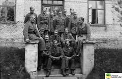 tm_4676 (Tidaholms Museum) Tags: svartvit positiv gruppfoto människor soldat militär yttertrappa